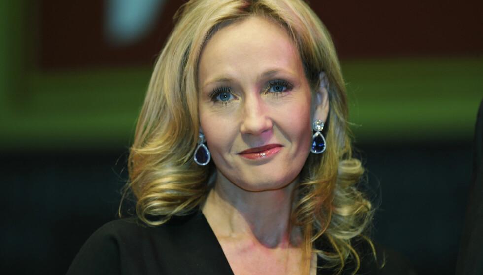 TAKKET FORLEGGER: Mannen som trodde på J.K. Rowling fikk en håndskreven bok av forfatteren. En kopi av «Skalden Skurres historier» ble solgt på en auksjon i London til nærmere fire millioner kroner. Foto: NTB Scanpix