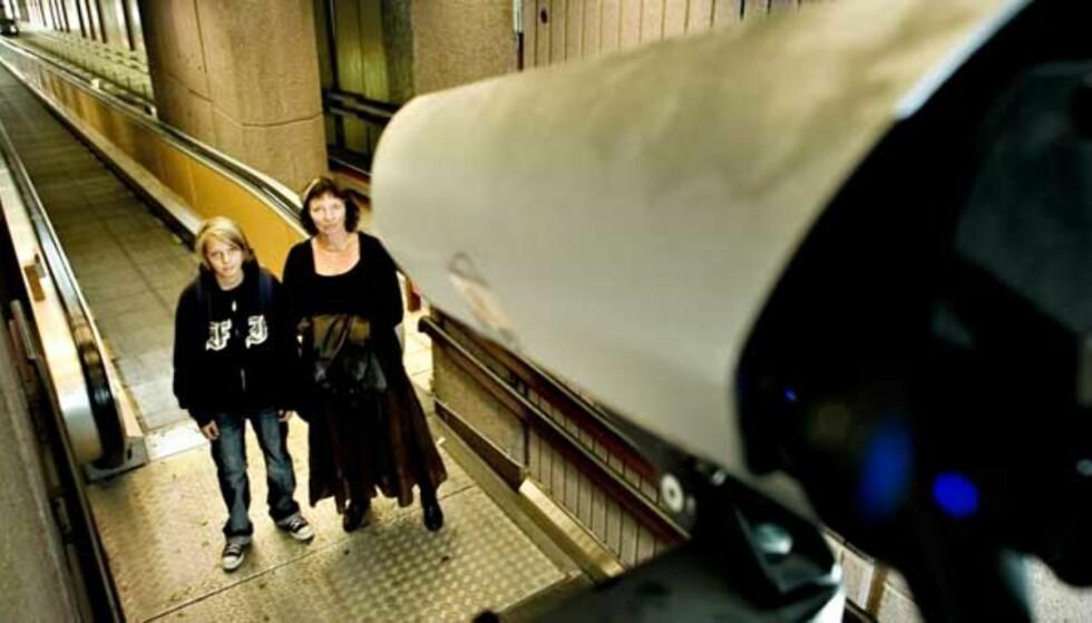 STORE BROR SER DEG: Eirik Aleksander Bøe (13) og Bente Ingjerd Nilsen (52) blir filmet at overvåkingskameraene på Oslo Sentralstasjon. Men å bli filmet på toalettet? Fullstendig uaktuelt, sier de to. Foto: Bjørn Langsem
