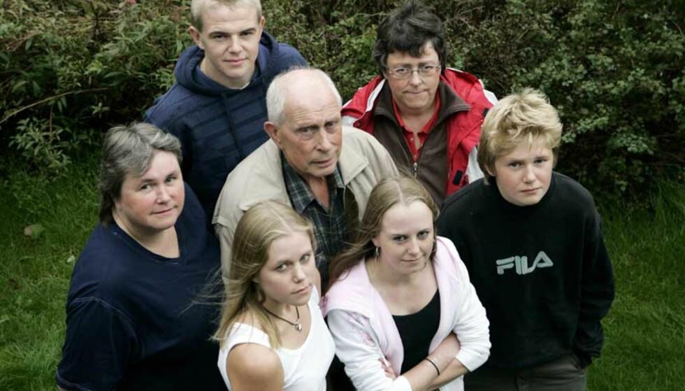 ARVELIG SYKDOM: De fleste i familien har arvet sykdommen. I midten: Reidar Bernssen (70). Rundt ham: Bente Bernssen Serigstad (43), Halvard Serigstad (16), Ruth Bernssen Bø (45), Einvald Serigstad (13), Rakel Serina Serigstad (14) og Elen Marie Serigstad (18). Foto: Erling Hægeland