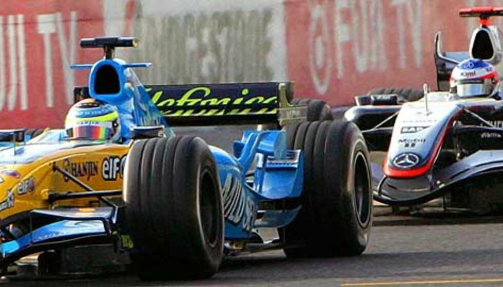 PÅ JAKT: Kimi Räikkönen (til høyre) jager Giancarlo Fisichella. Først på siste runde på Suzuka-banen klarte finnen å passere italieneren på yttersida i en sving, og vant dermed Japan Grand Prix. Foto: AP/Scanpix