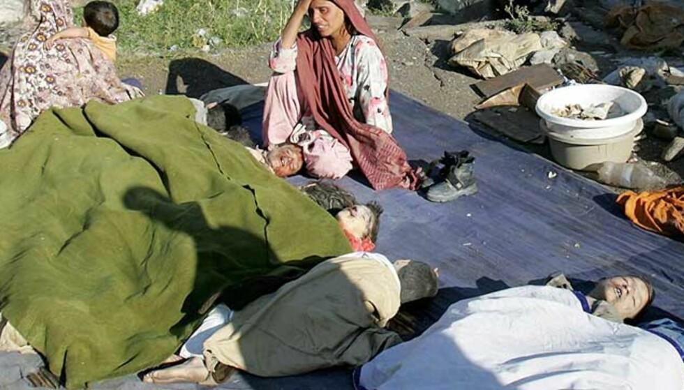 MISTET SINE BARN:  En kvinne sørger over sine og andres døde barn i den isolerte byen Lalakot, ni mil nord for Islamabad. Innbyggerne her har ikke fått noen hjelp og graver med sine bare hender etter overlevende inne i ruinene av skoler og boliger. Foto: B.K. Bangash/AP.