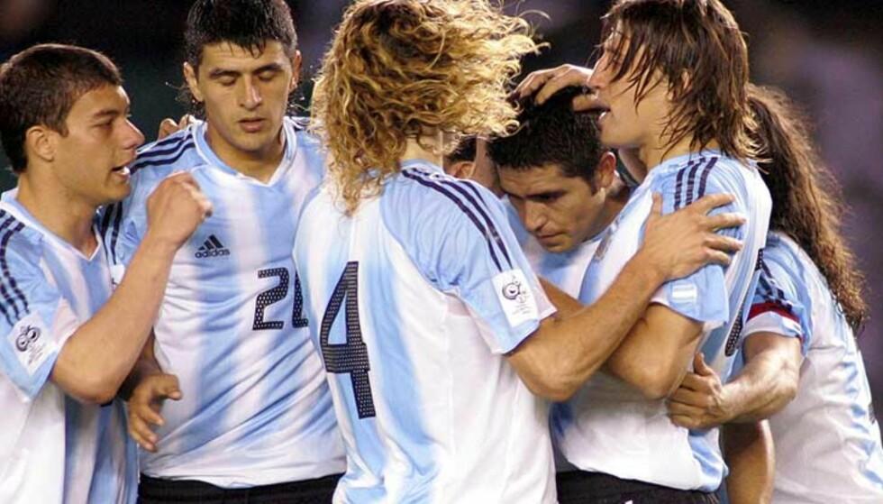 ENDELIG, ARGENTINA: Juan Riquelme (tredje fra høyre) sendte Argentina i føringen fra straffemerket. Keeper Leao Butron felte Lionel Messi, 18-årig debutant fra start, og ble utvist. Foto: Scanpix/Reuters