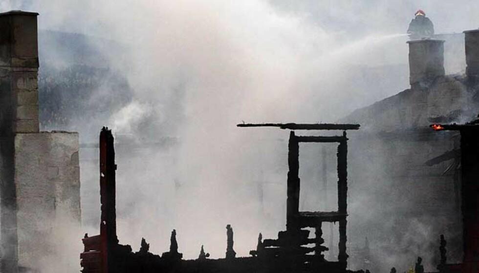 DRAMATISK: Tolv leiligheter er så skadet etter storbrannen i Krokstadelva i Nedre Eiker at de er ubeboelige. Fire av dem er helt utbrent. Foto: SCANPIX