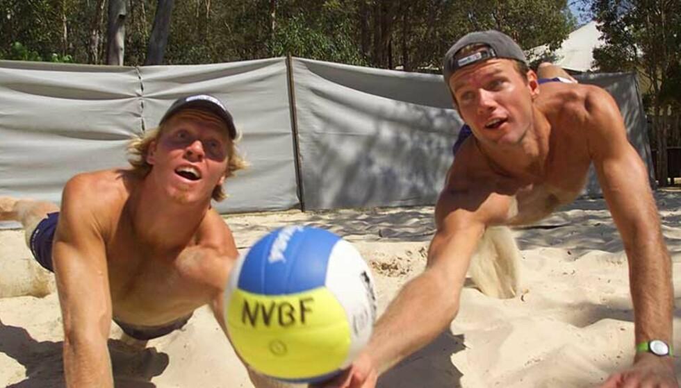 TRENER UTEN TRØYE: Sandvolleyballspillere som Vegard Høidalen og Jørre Kjemperud, norsk par i OL i fjor, trives best uten overdel. Foto: Scanpix