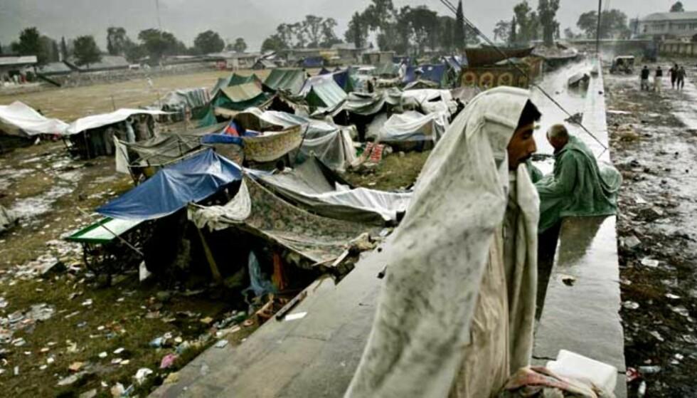 STORE BEHOV: Et ukjent tusentall bor under åpen himmel i fjelldalene i Kashmir. Telt anses for å være det største behovet nå. Om få dager setter vinteren inn. Her fra Muzzaffarabad, som ble hardt rammet av jordskjelvet. Foto: Lefteris Pitarakis/AP/Scanpix