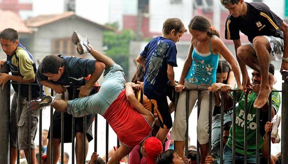 NEKTET Å STÅ UTE: Slik så det ut da fansen presset seg inn i Belem, 300 mil nord for Sao Paulo, for å se sine helter. Foto: Scanpix/Reuters
