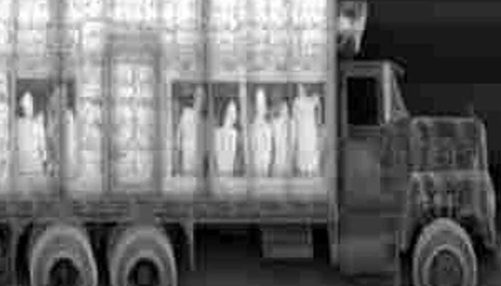 STUES SAMMEN: Røntgenbildet viser en lastebil full av illegale innvandrere. Foto: SCANPIX/REUTERS