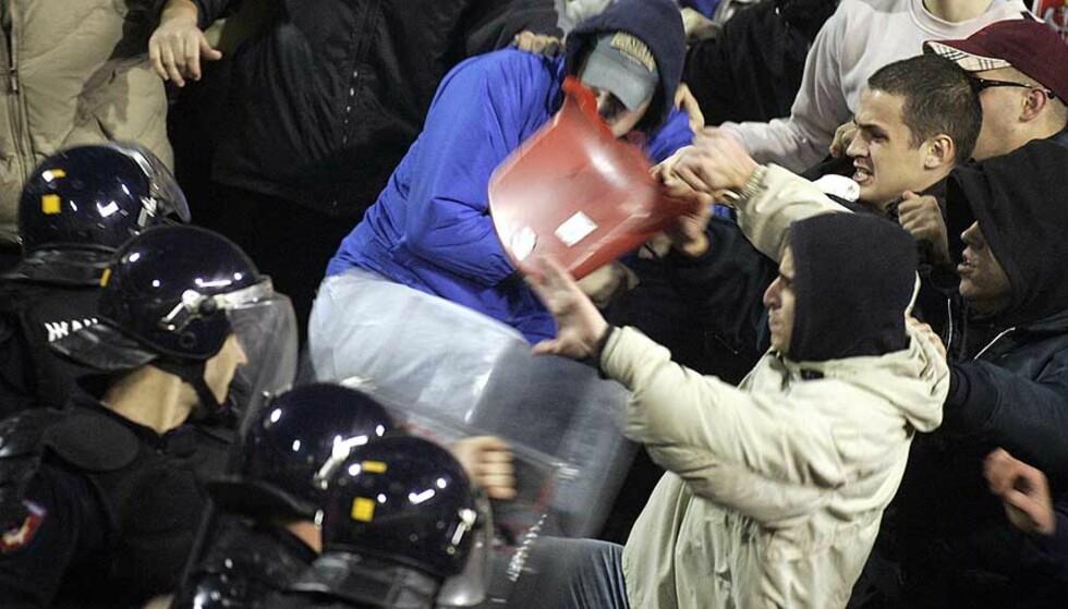 STOPPET: Enkelte av de serbiske tilskuerne gikk helt amok under skjebnekampen mot Bosnia i Beograd i kveld. Foto: AP