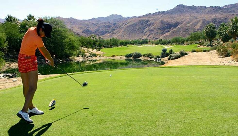 DEBUT: Michelle Wie fylte 16 år på tirsdag. I dag spiller hun for første gang en proffturnering i golf. Her slår hun ut på tredje hull på Bighorn Golf Club. Foto: AP/Scanpix