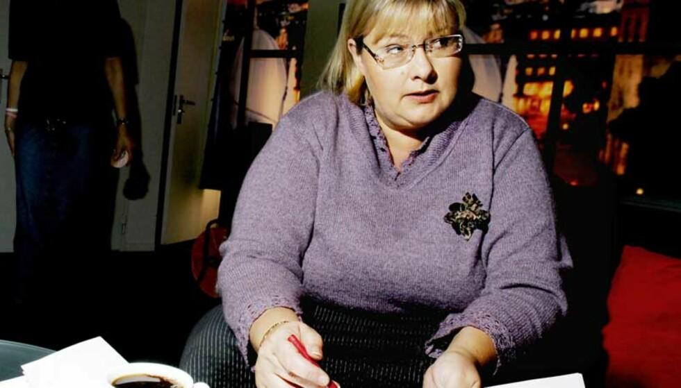 SER RØDT: -  Her kan det ligge skattebomber, sier Høyre-leder Erna Solberg mens hun studerer de rødgrønnes regjeringserklæring. Foto: Kristin Svorte