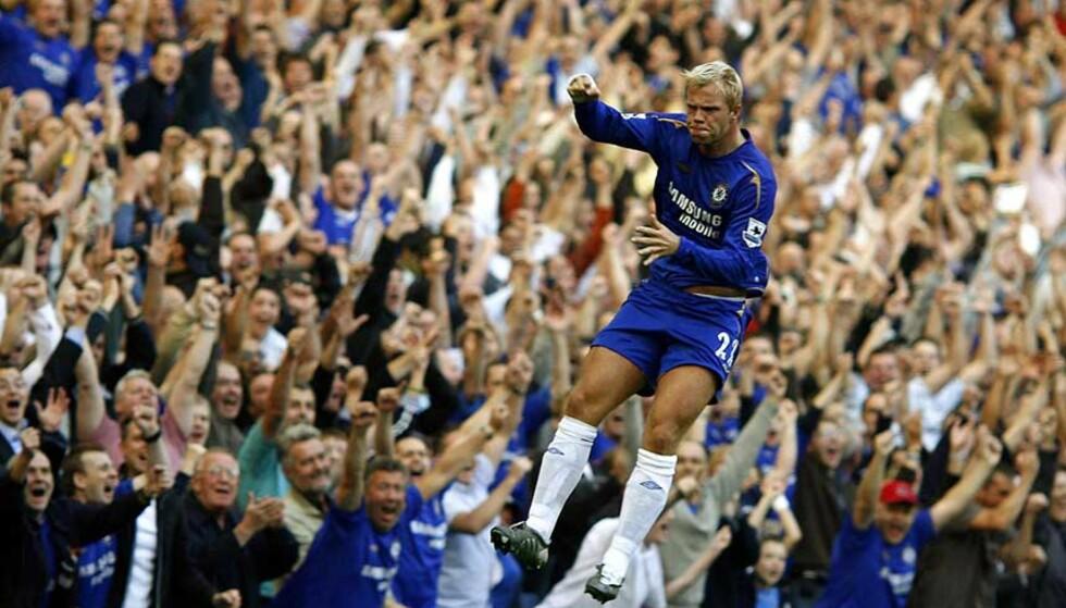 JUBELBRØL: Eidur Gudjohnsen laget Chelseas 5-1-mål mot Bolton og feiret med fansen. Foto: Reuters/Scanpix