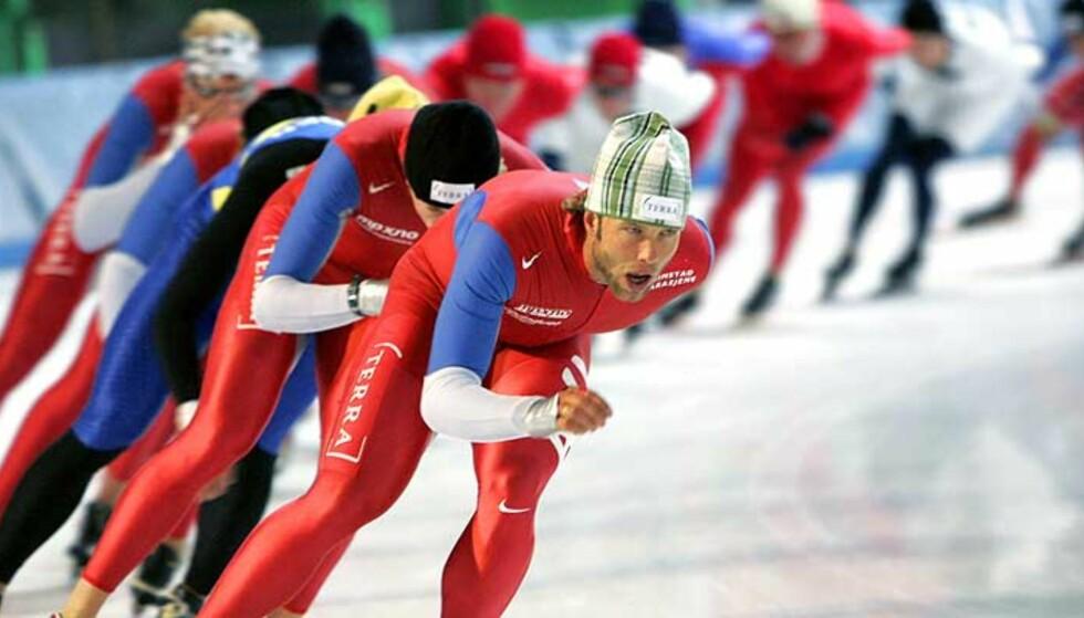 FULL FART: Eskil Ervik (foran) og resten av de norske skøyteløperne skal få nye trikoter som skal gi OL-gull og flere verdensrekorder denne sesongen. Foto: SCANPIX