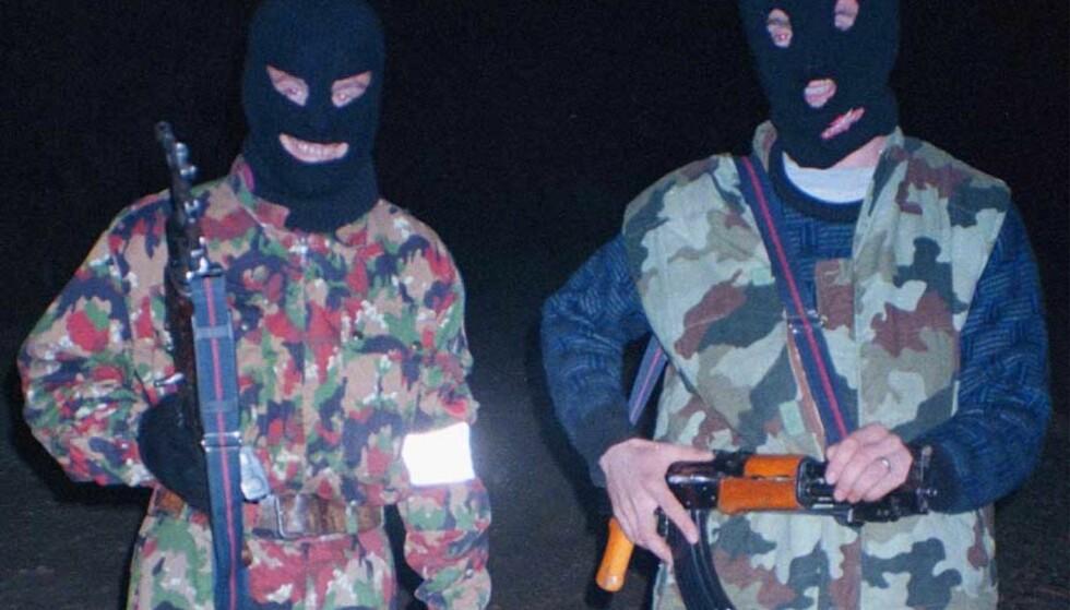 TRUER MED DRAP: Bevæpnede kosovoalbanske separatister skal ha satt opp veisperringer og truet FN-ansatte og lokale med kidnappinger og drap. Bildet er av kosovoalbanske frihetskjempere under Kosovo-krigen i 1999. Foto: Scanpix