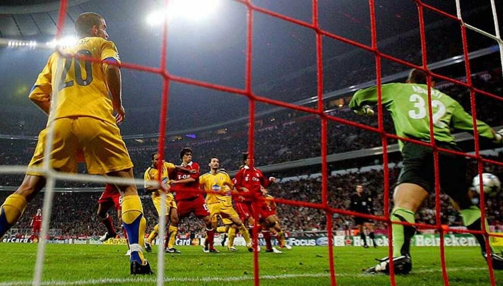 CORNER ER MÅL: Her stanger Martin Demichelis inn målet som til slutt sikret tre poeng for Bayern München. Foto: Scanpix/Reuters