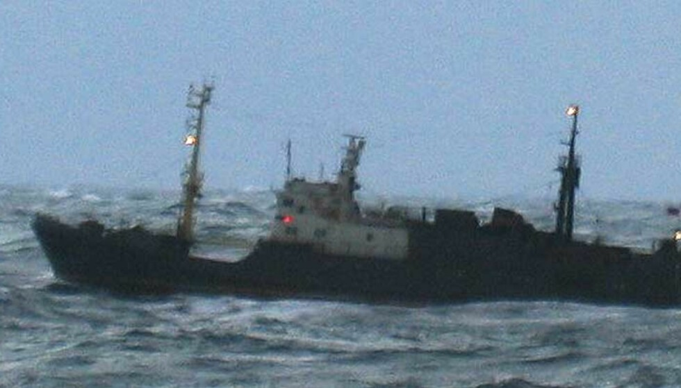 MED KURS MOT MURMANSK: Pirattråleren Electron på vei mot russisk farvann. I natt klarte den det og slapp unna den norske Kystvakten. Foto: Kystvakten