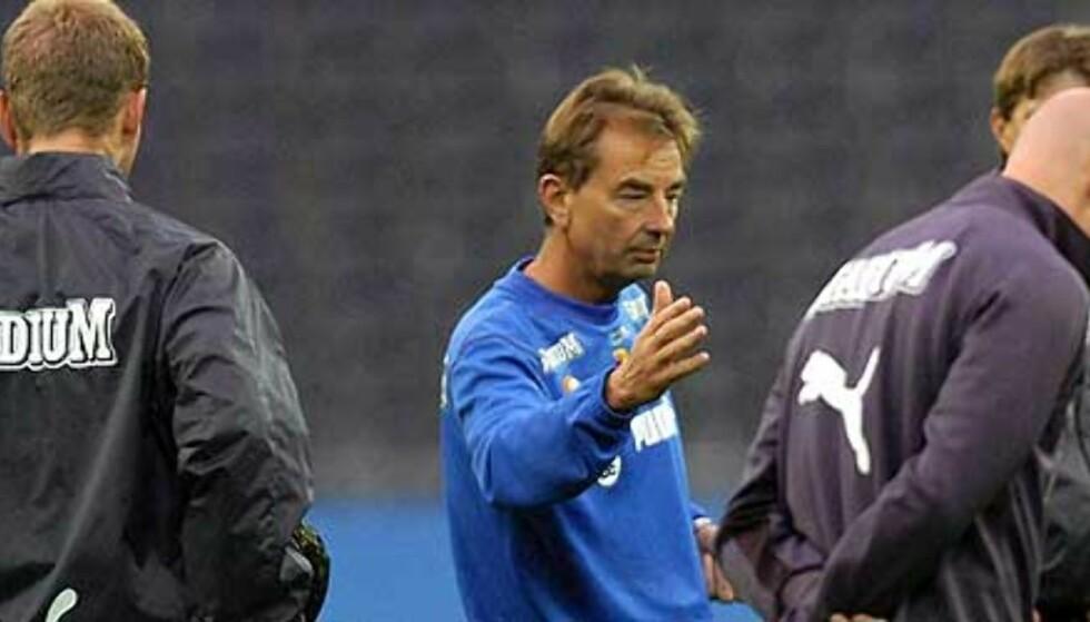 TIL VIKING? Tom Prahl (i blått) instruerer Malmö FF-spillerne. Svensken er en av flere kandidater til jobben som Viking-trener. Foto: EPA/Scanpix