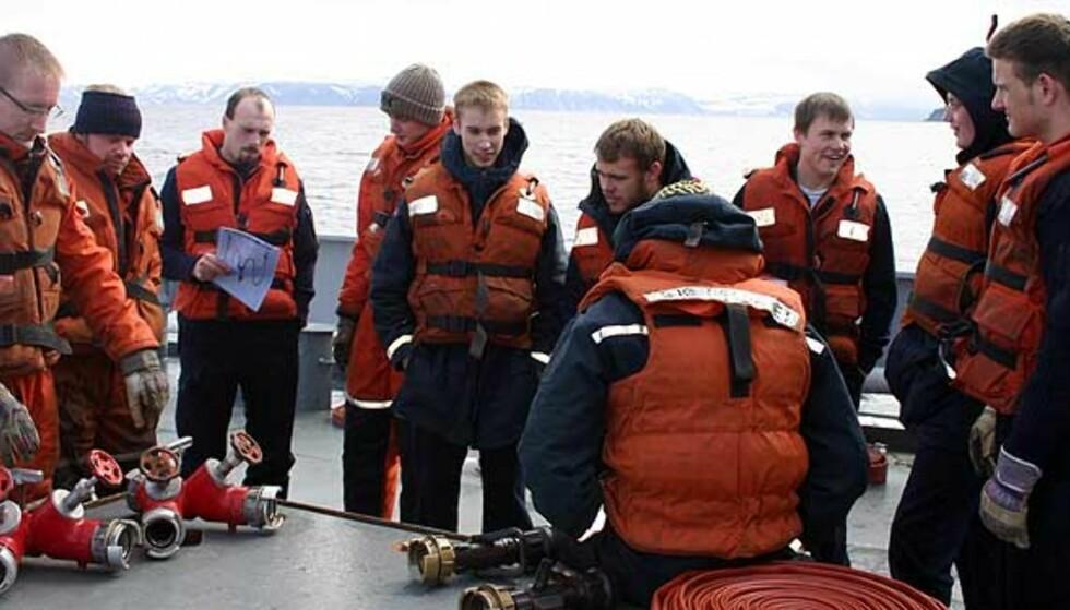HJEMME IGJEN: I dag vil Richard Storås (nr. 5 fra venstre) og Henning Thune (nr. 2 fra venstre) være tilbake på KV «Tromsø» sammen med resten av mannskapet. Bildet er tatt ved en tidligere anledning. Foto: Privat