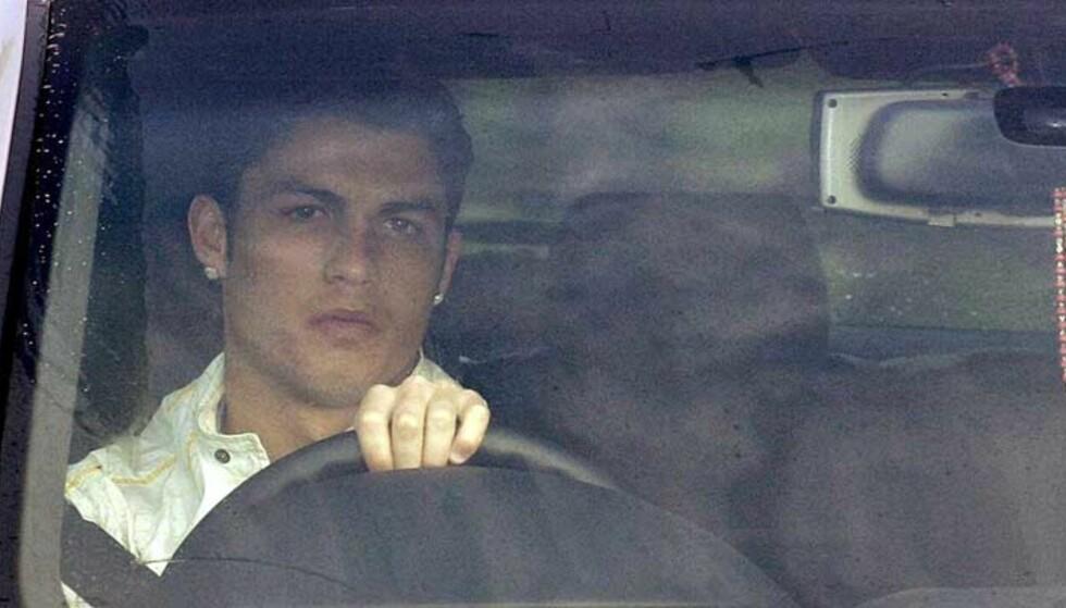 AVVISER ANKLAGENE: Cristiano Ronaldo skal ha sagt til venner at han ikke har hatt noe å gjøre med kvinnene som anklager ham for voldtekt. I går ble han arrestert, avhørt og løslatt mot kausjon. Her ankommer han Manchester Uniteds treningsfelt Carrington i formiddag. Foto: AP/Scanpix