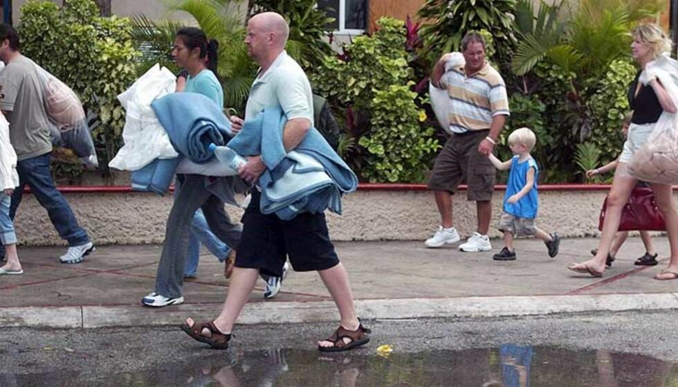 FLYKTER: Turister evakueres fra et hotell i Cancun, Mexico, før Wilma ventes å slå til. Foto: EPA/ SCANPIX