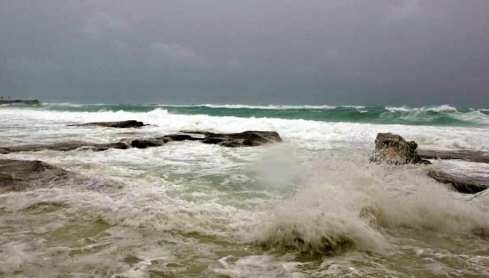 HERJES: Svære bølger slår innover stranda i Cancún. Foto: Scanpix