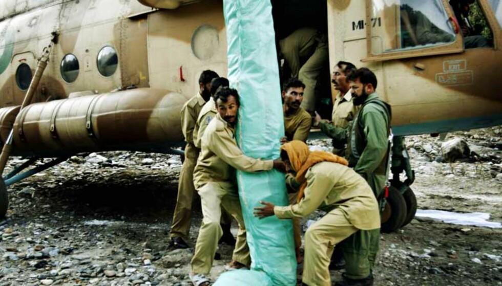 TAK OVER HODET: Pakistanske militære losser den første forsendelsen med telt fra Flyktninghjelpen. Teltene blir fordelt til dem som har fått ødelagt husene sine. Alle foto: Sveinung Uddu Ystad