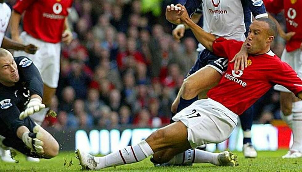 ENKEL SCORING: Mikael Silvestre skled enkelt United i ledelsen, etter Paul Robinsons miss. Foto: AP
