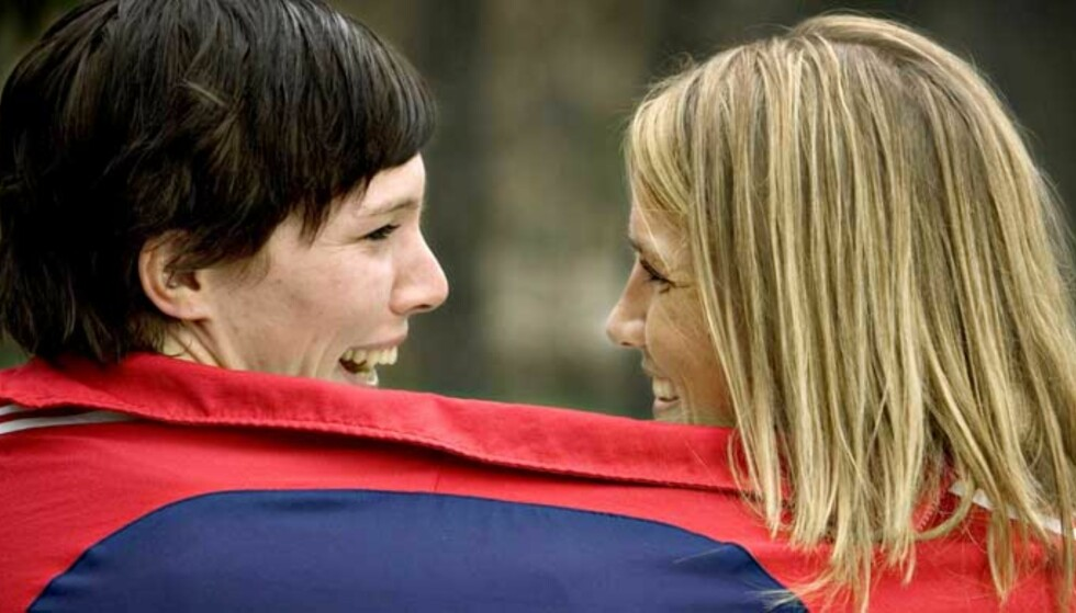 LYKKELIGE SOM TO: Katja Nyberg (t.v.) og Gro Hammerseng har lenge jobbet godt sammen på banen for Norges landslag, her er de sammen under EM i fjor. Foto: Bjørn Langsem