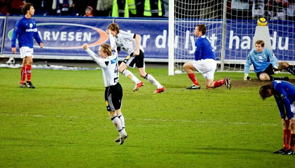 RØK GULLET? Fredrik Winsnes jubler over Frode Johnsen 2-0-scoring, mens Vålerenga-spillerne depper over matchballen som glapp. Foto: Eirik Helland Urke