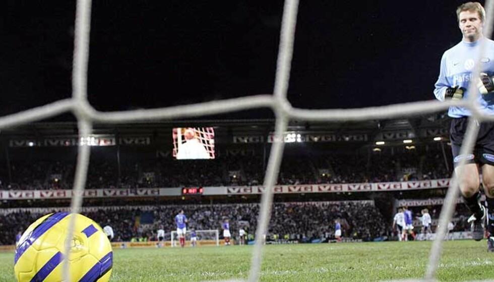 GENERALTABBE: Vålerenga-keeper Arni Gautur Arason henter ballen i buret etter sjølmålet mot Rosenborg. Men han fikk ikke kjeft av trener Kjetil Rekdal. Foto: Arnt E. Folvik