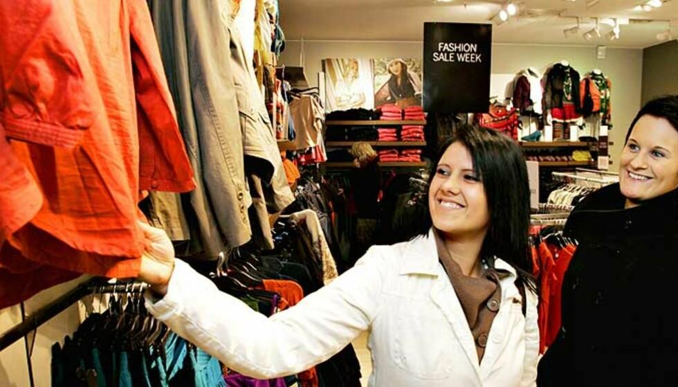 HANDLER HELE TIDA: -  Jeg handler hele tida og bruker ca. 3000 kroner på klær og sko i måneden, sier Nadia Bach (19) fra Tjøme. Hun og venninna Tina Jacobsen (24) er på Hennes & Mauritz i Oslo. Foto: Hans Arne Vedlog