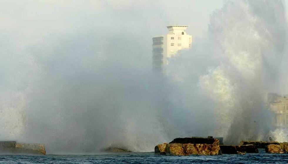 STERKE KREFTER: En bølge krasjet inn i havna i Havana i går. Foto: AP/Jorge Rey