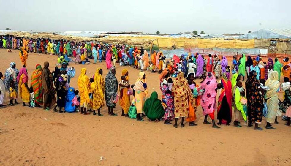 FLYKTNINGELEIREN KALMA:  34 hjelpearbeidere ble tatt som gisler i Darfurs største flyktningeleir. Foto: SCANPIX/EPA