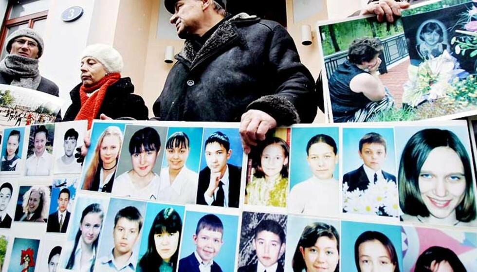 STØTTE: Pårørende til barna som døde i ulykken demonstrerte i går utenfor Sveits\' ambassade i Moskva for å vise sin støtte til Kalojev. Foto: SCANPIX/EPA
