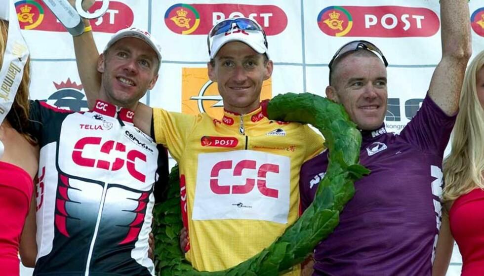 PÅ SAMME LAG: Kurt-Asle Arvesen (i midten) og Stuart O\'Grady (t.h.) kjører begge for CSC kommende sesong. Her sammen med en annen CSC-rytter, Jens Voigt, etter Arvesens seier i Danmark Rundt i 2004. Foto: Scanpix