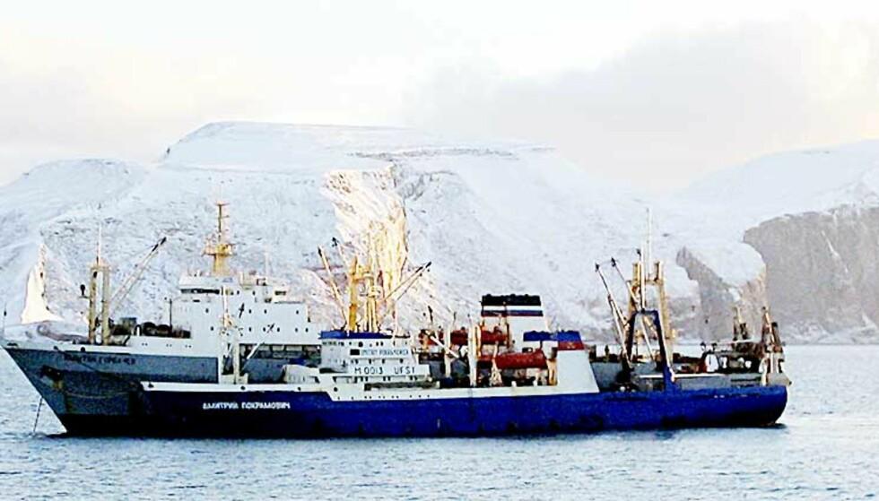 OMLASTING: Ifølge norsk kystvakt viser dette bildet de to russiske skipene mens de bryter regelverket for fiske i Barentshavet. Foto: Scanpix/Kystvakten