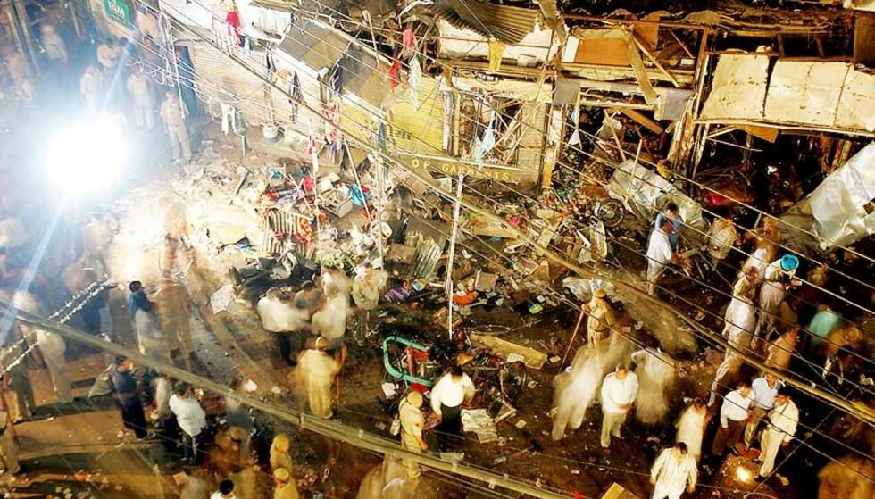 DREPT PÅ MARKEDER: Den ene eksplosjonen skjedde på det store Paharganj-markedet i Sarojini Nagar. Markedsboder og butikker ble rammet. Foto: SCANPIX/AP
