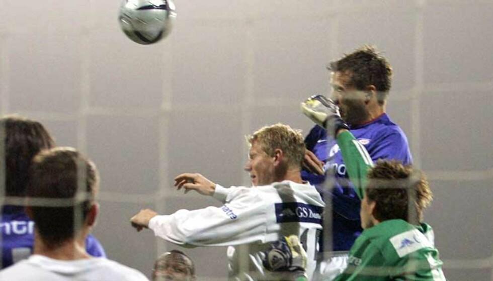 LEDERMÅLET: André Muri nikket inn 2-1, og VIF var på vei mot seriemesterskap nummer fem. Foto: Scanpix
