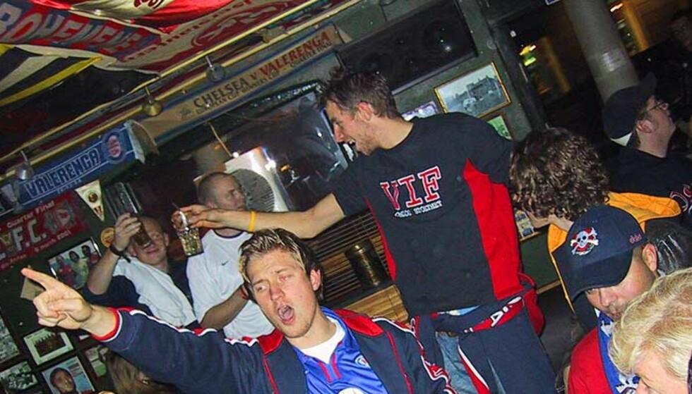 GULL-JUBEL: Ingen strupe var tørr da Vålerenga-fansen feiret klubbens første seriegull på 21 år i Oslo i kveld. Foto: Trond Erling Pettersen