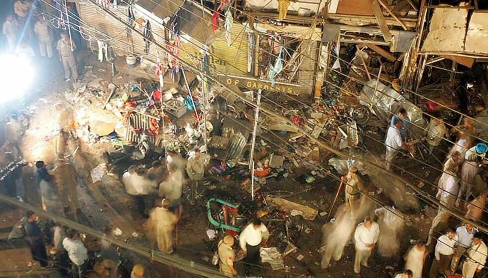 BOMBESJOKK:  Overlevende etter bombeeksplosjonen i New Delhi betrakter skadene på det som en gang var et marked. Foto: Manish Swarup/AP/Scanpix