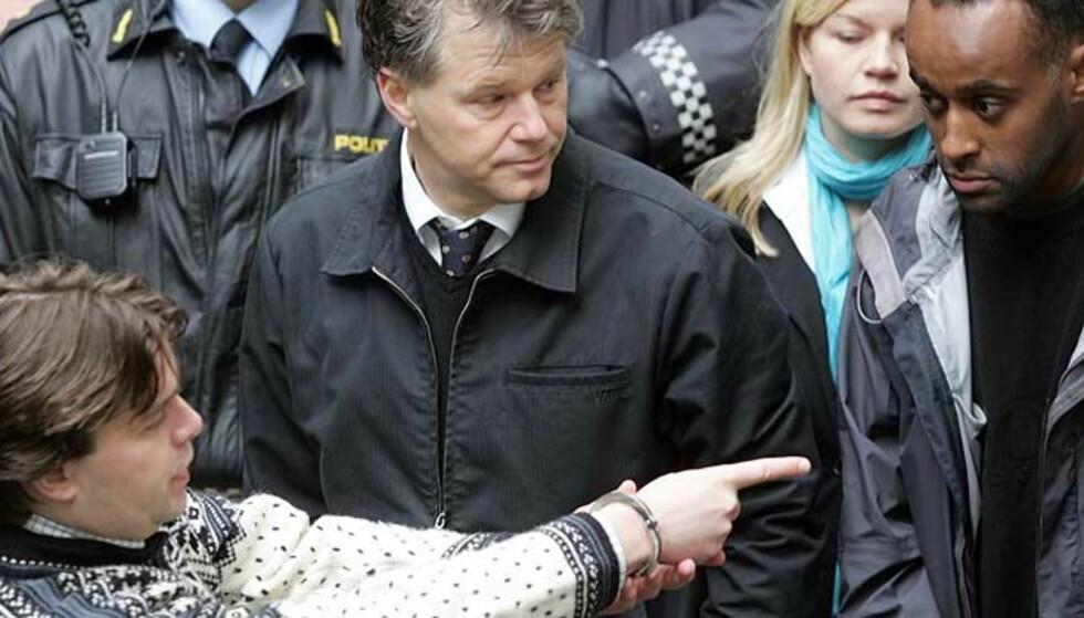 SIMULER SKYTING: David Toska, forsvarer Øystein Storrvik og medtiltalte Metkel Betew under befaring på åstedet i forrige uke. Foto: SCANPIX