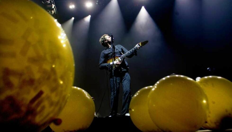 STEMNINGSFULLT: Billettene ble revet vekk til kveldens Coldplay-konsert i Oslo Spektrum, og Chris Martin og resten av bandet ga publkum valuta for pengene i en svært stemningsfull konsert. Foto: SCANPIX