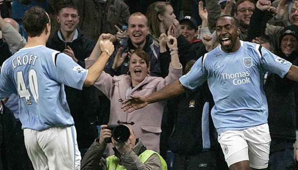 GLEDET NYE VENNER: City-fansen jubler med Lee Croft (t.v.) og Darius Vassell etter at sistnevnte scoret ett av sine to mål mot gamleklubben Aston Villa i kveld. Foto: Reuters/Scanpix