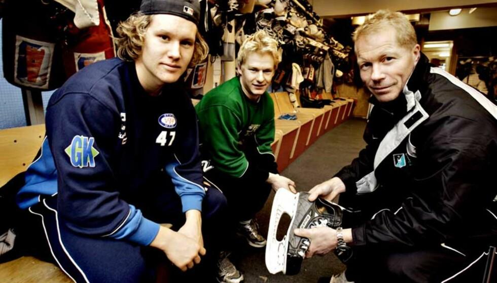 FORGRUNNSFIGURER:  U20-spillerne Alex Bonsaksen (til venstre) og Mathias Trygg vet hva som kreves for å bli toppspillere i hockey, og er villige til å betale prisen. Her sammen med A-landslagstrener Roy Johansen. Foto: Ole C.H. Thomassen