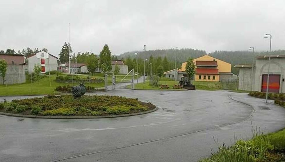 BAK LÅS OG SLÅ: Fengselsbetjenten i Skien fengsel risikerer selv fem års fengsel dersom han blir dømt for seksuelle overgrep mot en innsatt. Foto: TORBJØRN BERG