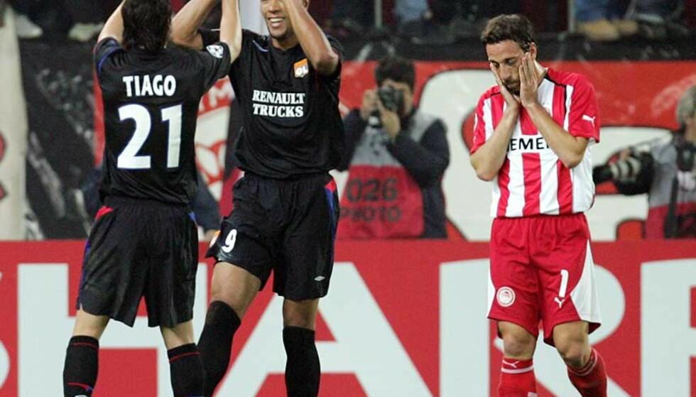TOMÅLSHELT: Lagkamerat Mendes Tiago gratulerer John Carew med scoring, mens Olympiakos-spiller Pantelis Kafes fortviler. Foto: Scanpix