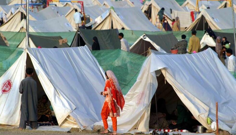 NØDHJELPSLEIR: Mange som ble gjort husløse under jordskjelvkatastrofen i Pakistan, har tatt seg ned til nødhjelpsleirene, som denne i Islamabad. Men tilbake i fjellandsbyene sitter hundretusener av mennesker som ikke ønsker å forlate ruinene av hjemmene sine. Hjelpeorganisasjonene frykter mange vil fryse i hjel i vinter. Foto: