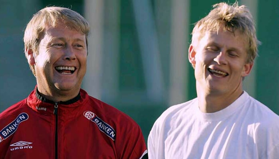 GLADE: Steffen Iversen synes det er greit å være arbeidsledig. Han har jo landslaget, her representert ved landslagssjef Åge Haredie (t.v.). Foto: Bjørn Sigurdsøn/Scanpix
