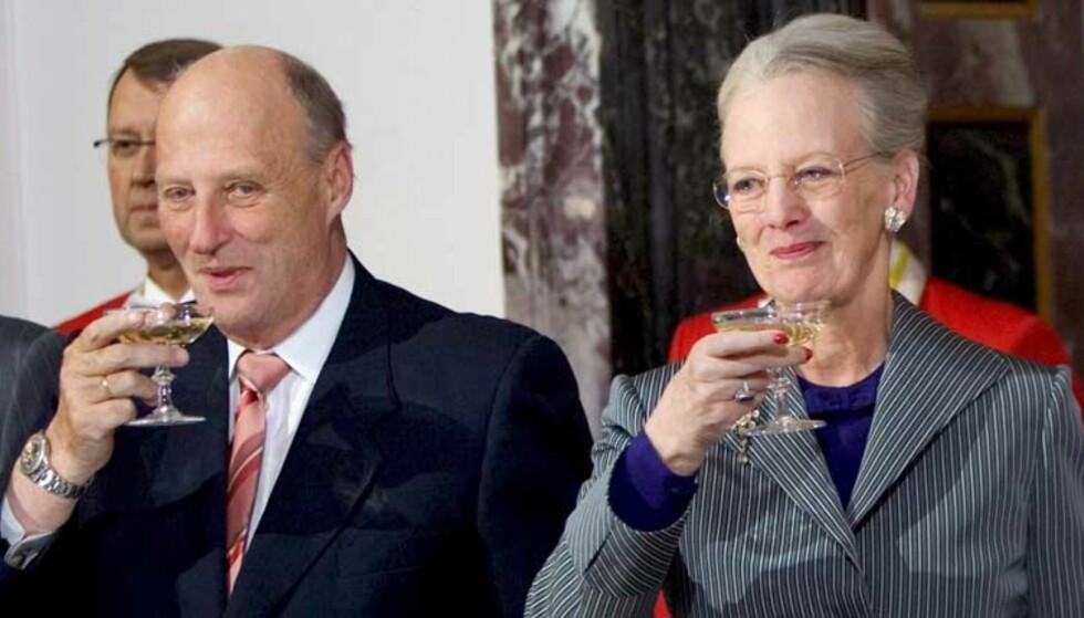 PÅ BESØK: Men det var nok ikke Gammel dansk i glassene til verken kong Harald eller dronning Margrethe av Danmark. Foto: Scanpix/EPA