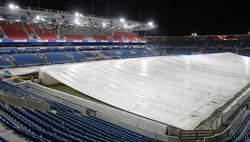 TELT: Dette teltet kan bli redningen for gressteppet på Ullevaal Stadion. Foto: Cornelius Poppe/Scanpix
