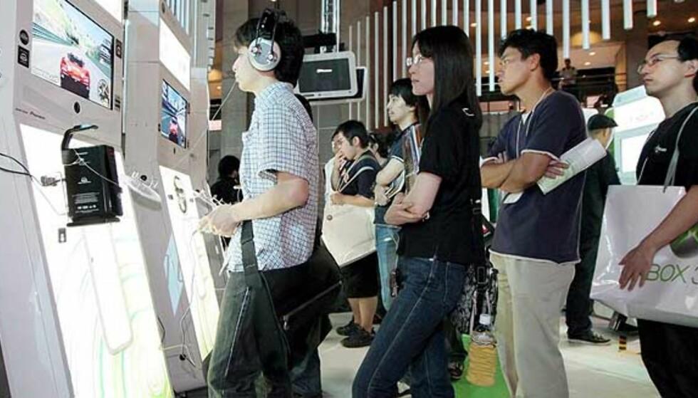 LEVERINGSPROBLEMER? Det er stor etterspørsel etter Microsofts kommende spillkonsoll Xbox 360 - så stor at selv de som har forhåndsbestilt kan stå uten maskinen på lanseringsdagen. Her et bilde fra spillmessen Tokyo Game Show i år. Foto: Scanpix